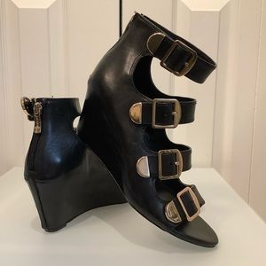 BCBG LEATHER BLACK BUCKLE WEDGE SANDALS